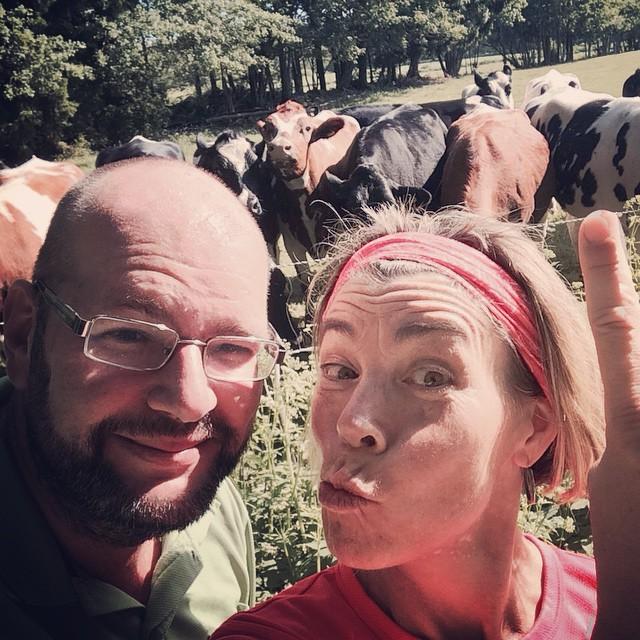 Firar tioårig bröllopsdag med att springa med kossorna.