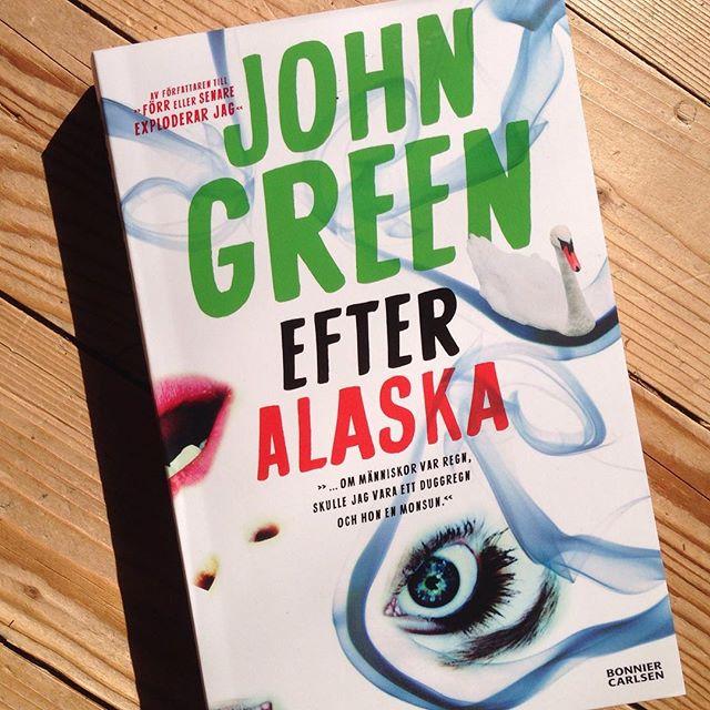 Äntligen en ny John Green! Pax för den! Och stör mig sedan inte - jag läser!