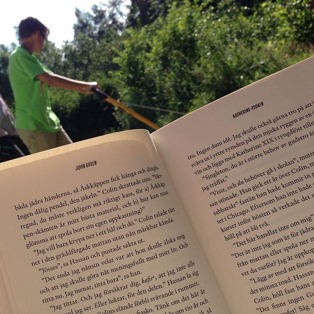 Bra arbetsfördelning. Jag läser bok medan barnen klipper gräset.