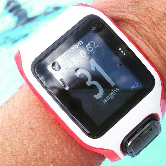Det här var ju jättekul! Man kan simma med Tomtom-klockan! Och den håller reda på hur många längder man simmar! Jag som alltid tappar räkningen. Super!