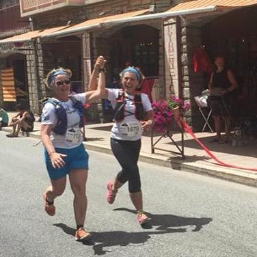 Hand-i-hand mot mål efter 2,8 mil genom Franska Pyrenéerna. Vilket äventyr det var!