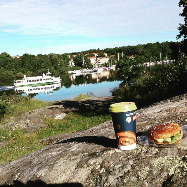 När hantverkarna tjoar in klockan 06.50 får man äta frukost på klipporna. Det blir också bra.