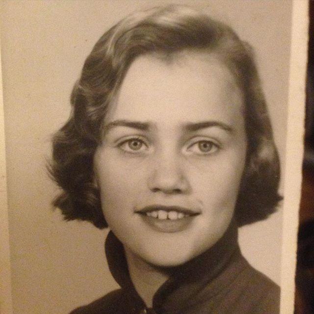 Har jag berättat hur vacker min mamma var? Hon var en skönhet. Här fjorton år gammal.