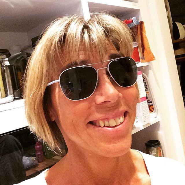 Jag har världens bästa grannar! I dag överraskade Christina och Håkan med de här urhäftiga solbrillorna i #50-loppresent. De används av amerikanska stridspiloter (!) de bars av besättningen på Apollo 11. Och har setts på stjärnorna i Top Gun, Taxi Driver och Mad Men. Erkänn att ni är avundsjuka! (Och för er som vill kolla mer: www.aosolglasogon.se)