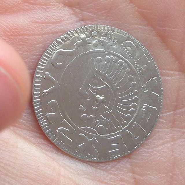 Movitz egenpräglade mynt. En kopia av Sveriges första mynt. Coolt.
