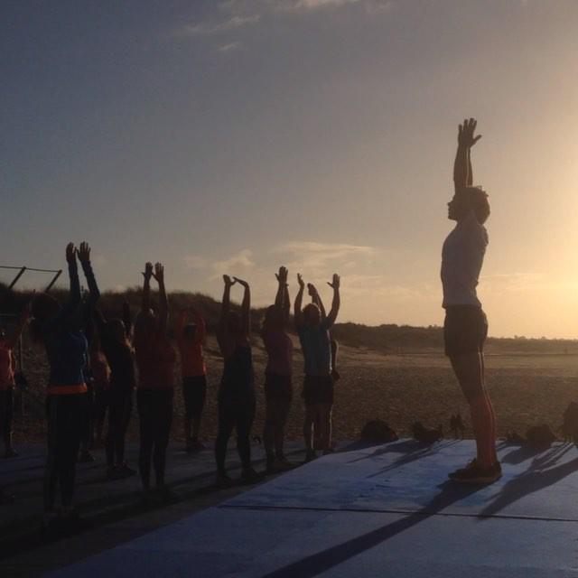 Morgonstretch. Och rörelse. En hälsning till solen och själva livet.