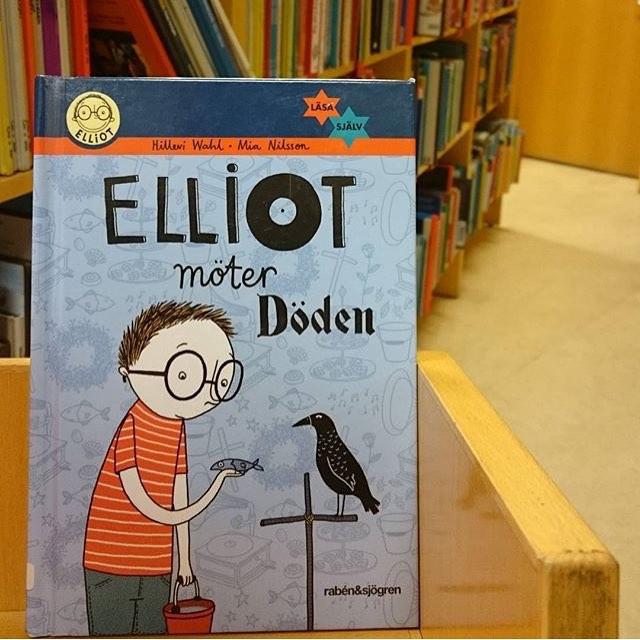 Anna hittade Elliotboken på Tullinge bibliotek. Hurra! Du lan också vara med och tävla om@en bok. Leta upp Elliotboken i din bokhandel eller på bibliotek. Lägg upp på instagram eller Facebook och berätta var du hittade den. Tagga mig. Senast 15 december behöver jag ha ditt bidrag.
