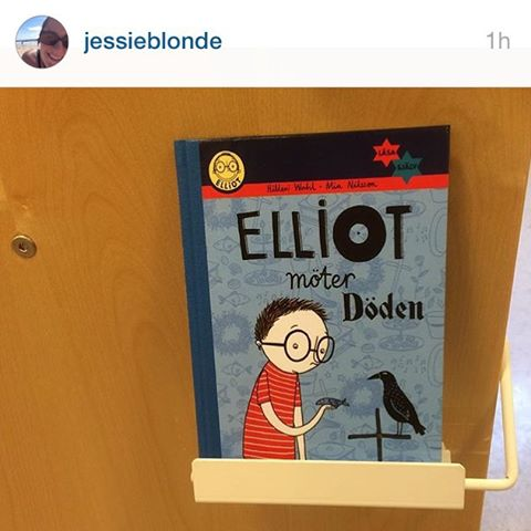 Jessieblonde hittade Elliotboken å Tomelilla bibliotek. Det funkar också bra! Var med och tävla du också, hitta en bok, ta kort och lägg upp på Instagram eller Facebook. Tagga mig. Berätta i vilken affär eller vilket bibliotek du hittade den. Senast 15 december behöver jag se bidragen.