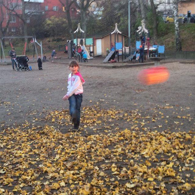 Saker i november som man blir glad av: Spela spontanfotboll med sina barn.