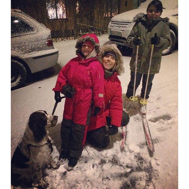 Första snön! Tjohoo! Det blev pulkaåkning, skidor och snöbollskrig på ett bräde. Magiskt.
