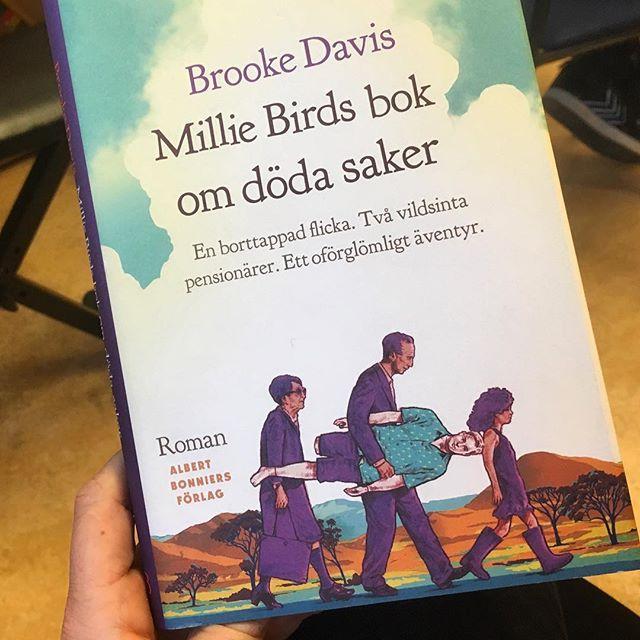 Den här boken ska jag njuta av i dag. Så andlöst vacker och spännande. Så poetisk, så hjärtslitande och ändå så befriande rolig. @albertbonniersforlag