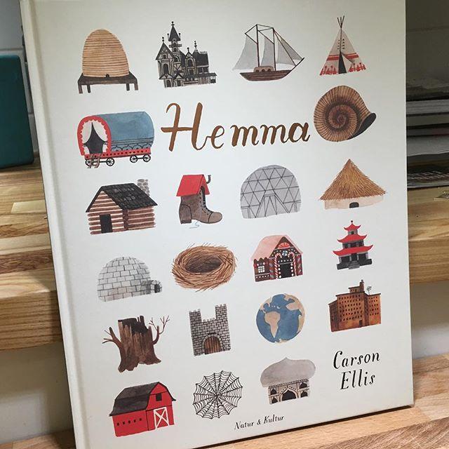 För de yngre barnen. Fantasieggande bok med mycket roliga bilder. Ett hem kan se ut på olika sätt. Många, många olika sätt. @naturochkultur