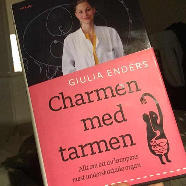 Jag blir helt kär i mitt tarmsystem av den här boken! Charmen med tarmen av underbara författaren Giulia Enders. (Forum). Man vill bli kompis med Giulia. Läs! Häpna! Förundras. @bokforlagetforum