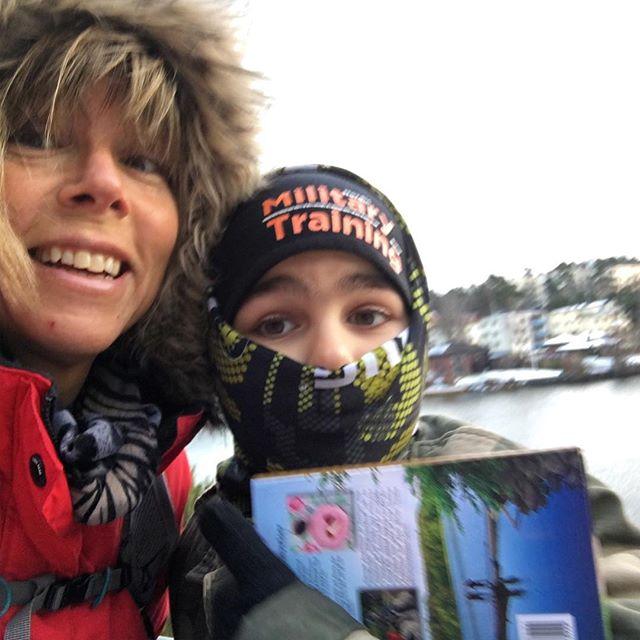 På äventyr med Movitz. Med boken Weekendvandra kring Stockholm. I dag från Essingen till Smedslätten. Längs med vattnet. Och med hunden. Mycket spännande!