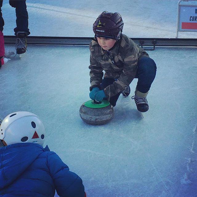 Curlingkungen på Olympic Day i Kungsträdgården. Barnen fick testa längdskidor, sithockey, skidskytte, backhoppning (!) och curling. Även i morgon 11-16. Missa inte! Allt är gratis!
