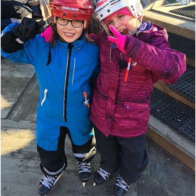Glada tjejer på Olympic Day i Kungsträdgården. Barnen fick testa längdskidor, sithockey, skidskytte, backhoppning (!) och curling. Även i morgon 11-16. Missa inte! Allt är gratis!