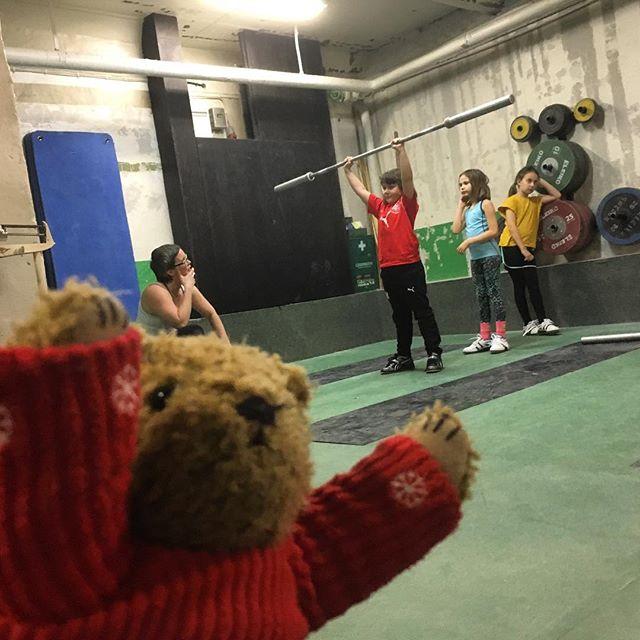 Nalle fick följa med på tyngdlyftning i dag. Han var mycket imponerad.