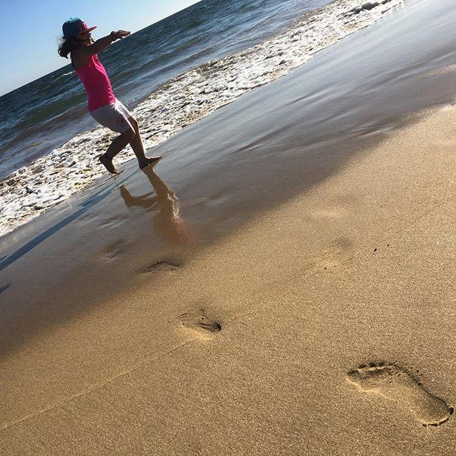 Först fötterna. Sedan åkte kläderna av. Vem behöver baddräkt när man har ett eget hav?