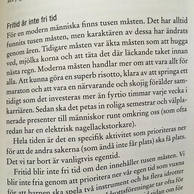 Fritid är inte fri tid. Ligger och läser den tänkvärda boken Själv - kraften i egentid av Linus Jonkman. @librisforlag Jag har verkligen ett enormt stort behov av att vara själv och tänka. Ibland tänker jag att det är något fel på mig. Men det är det verkligen inte säger Linus. Tvärtom.