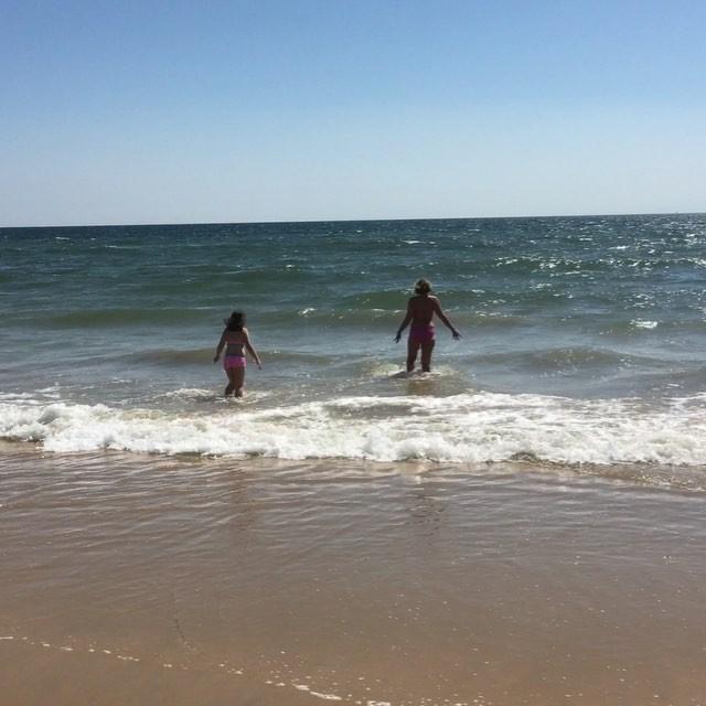 Hopp och lek och kiknande skratt i vågorna. Älskar!
