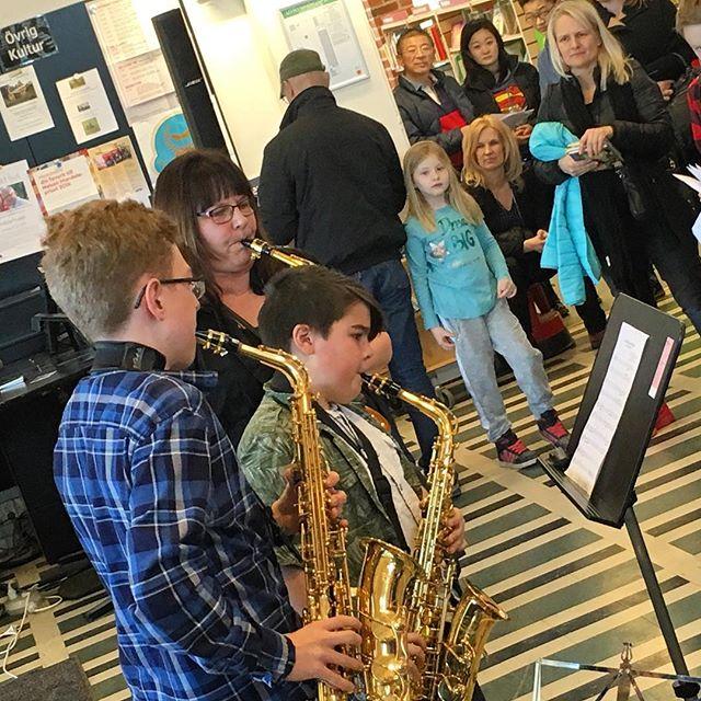 Kulturskolans konsert på Vällinby bibliotek. Vilka fantastiska barn vi har. Modiga och fokuserade mitt i lånekarusellen.