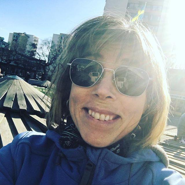 Nedslag i verkligheten i Vällingby. Så trevligt! Kaffe och glass i solen. Kulturbyggnader, isrink, A-laget, bibblan, korvmoj. Och en kram av @martina.montelius . Bra dag.