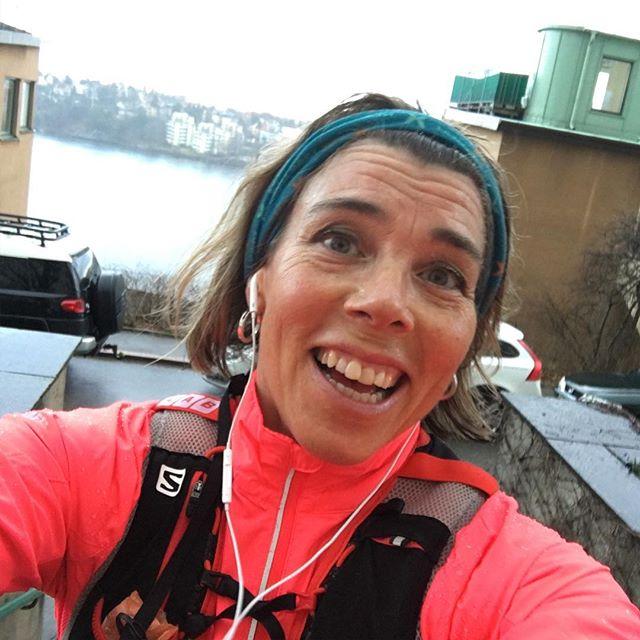 Yeeeey! Att springa i ett vårregn är faktiskt det överlägset bästa sättet att hantera ett vårregn på. Och high five på Gunnar som tog över stafettpinnen och kutade ut när jag skuttade in. Nu kaffe! Because I'm worth it.