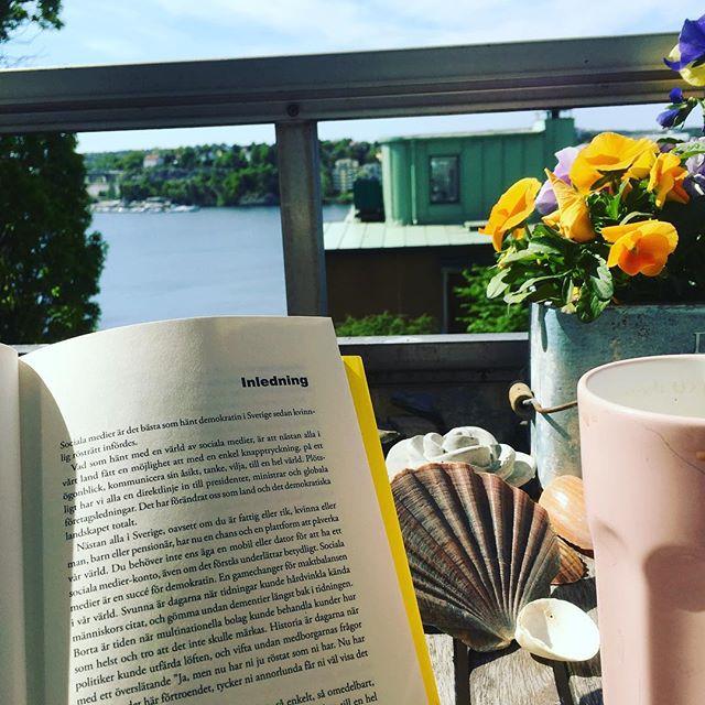 Dagens kontor. Älskar Frida Boisens inledning i Digital succé: Sociala medier är det bästa som hänt demokratin i Sverige sedan kvinnlig rösträtt infördes. @fridaboisen @bokforlagetforum