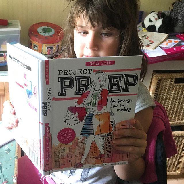 Min och Lykkes favoritbok just nu. Om en 13-årig tjej som drömmer att starta företag. Och göra en preppy entré på skolgården. För alla oss makers-tweenies. @bynikismit @volanteforlag