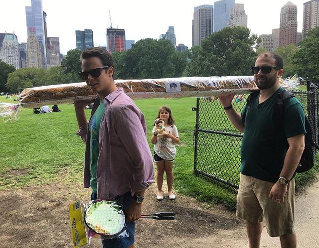 Det kom ett par killar med en jättelång macka. Bara i New York.