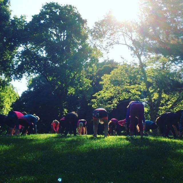 Morgonyoga i Central Park. En fin stund för eftertanke. Att känna tacksamhet över nuet. Över våra fantastiska kroppar. Och visualisera loppet på lördag. Www.springtime.se