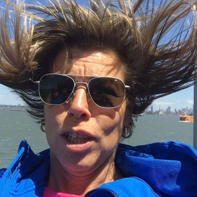 Vem behöver en hårfön när man kan ta färjan till Staten Island? Tio spänn till den som kan höra vad jag sjunger.