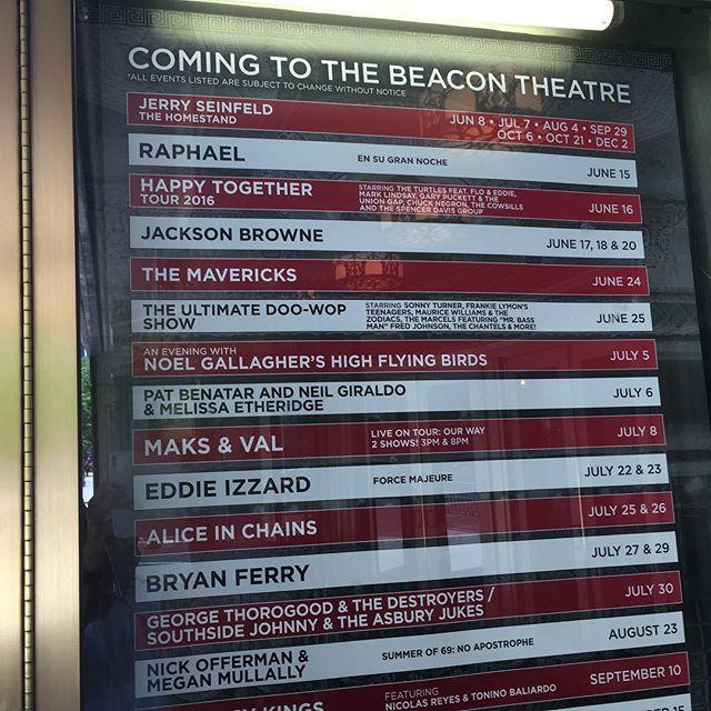 Vi bor granne med den här teatern. Fatta. Just nu förbereder de sig inför direktsändning för Tony Awards. Hur stort är inte det?