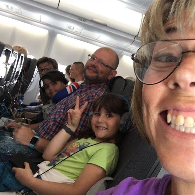 Vi fick egna kuddar, filtar, hörlurar och vattenflaskor. Och det är wifi ombord! Och det är direktflyg! Alla är så glada. Tack SAS. Tack @springtimetravel