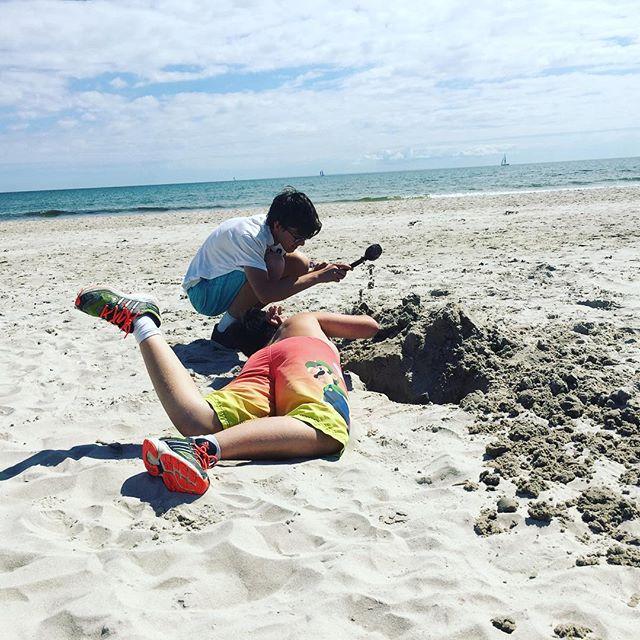 Två pojkar och en strand. Fint.