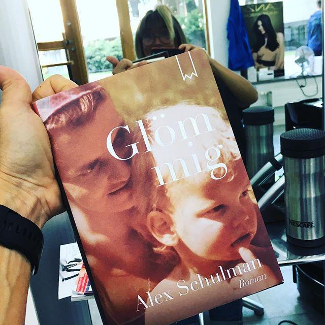 Nu så. Ska jag läsa den. I stället för skvallertidningar hos frisören. @bookmarkförlag @alexschulman