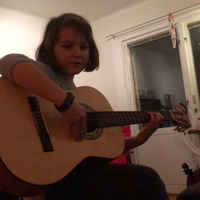 Årets julklapp till Lykke. En egen gitarr. Jill Johnsson får se upp.