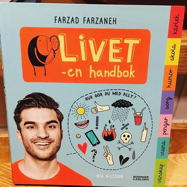 Det här är en så himla fin bok av Barnkanalen-Farzad och Mia Nilsson (som har illustrerat Elliotböckerna - hon är ett geni!). Stora frågor som berättas och funderas kring ur ett barns perspektiv. Vänskap, vuxna, pengar, sorg, humor, skola och kärlek. Julklappstips! @bonniercarlsen @farre @mianilssonillustration