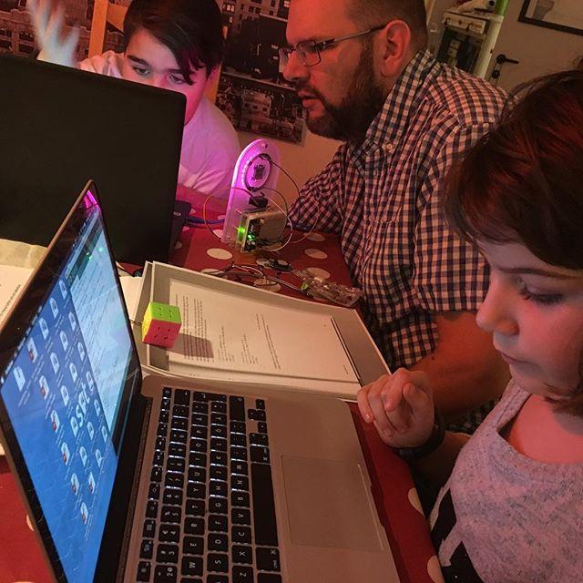 Lykke, 8, sitter och programmerar. Älskar den ungen. Och Arduino. Just nu gör hon en cool sekundlampa. Movitz är redan kodningsproffs. Efter en dag.