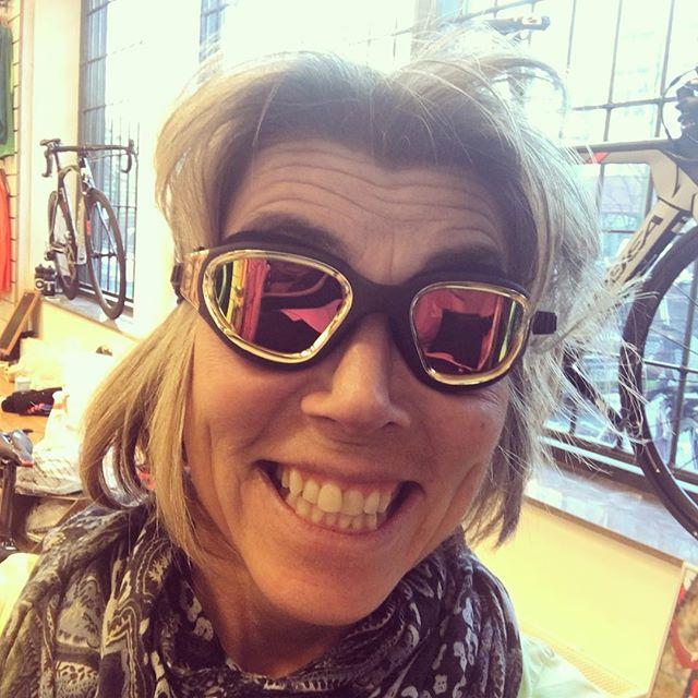 Man blir inte snyggare än så här! Spana in mina nya urcoola supersköna guldsimglasögon. Nu ska jag prova dem i vatten också. Tack för en supertrevlig förmiddag i Trispotbutiken Peter!