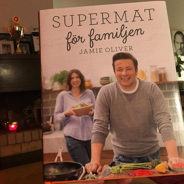 Nu sitter jag och blir jättehungrig igen. Vilken otroligt läcker och inspirerande supermatbok det här är! Om allt från läckra mackor till soppor och grytor. Smarta tips för att spara tid och hela tänker kring mat som något att samlas kring. Jag blir lite lycklig av den här supermatboken. För bra mat är verkligen en superkraft. På så många sätt. Bra där @jamieoliver @bonnierfakta
