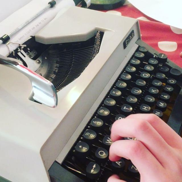 Jag råkade hitta en skrivmaskin. Ungarna kan inte sluta skriva. Haha!
