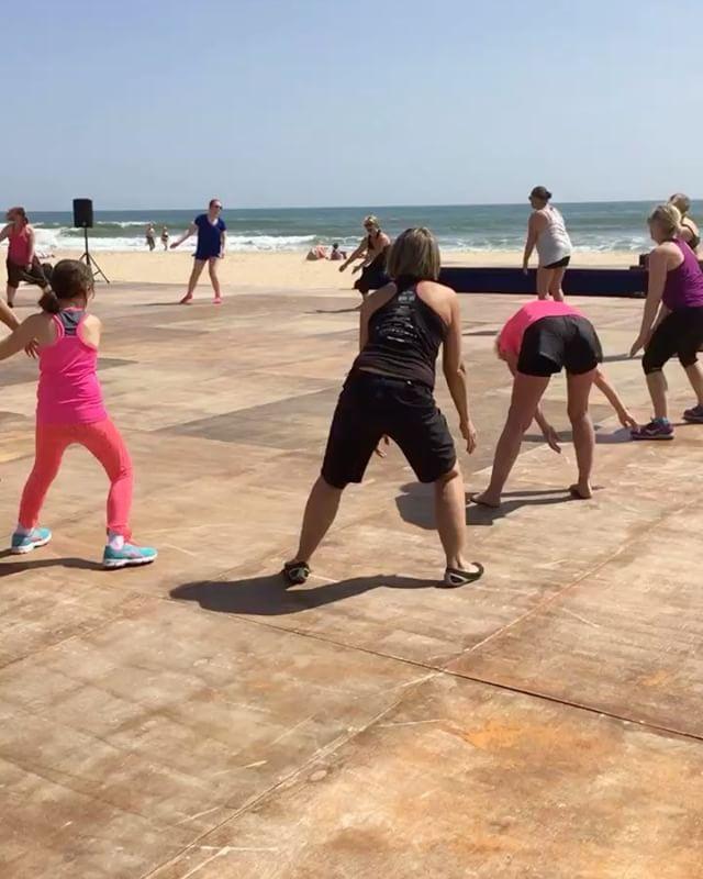 Afrodans med Lykke på stranden. Smidig som ett kylskåp. Haha. @springtimetravel