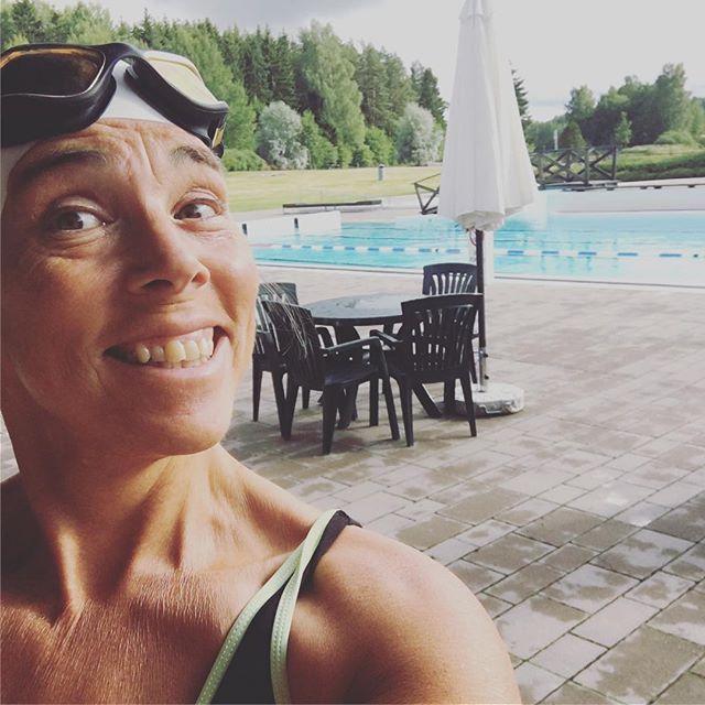 Tacksamhet. Jag hann simma klart mina tusen meter i solsken innan regnet vräkte ner. Helt ensam i bassängen. Tacksam tacksam tacksam.