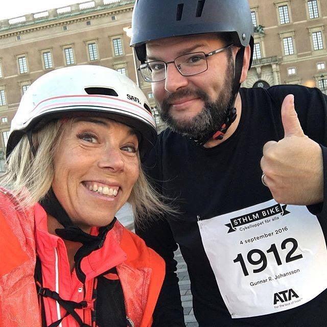 """Tävlingsdags! Jag tävlar ut 2 startplatser till Stockholms mest njutbara cykellopp. Sthlm Bike, 4,2 mil på bilfria vägar. Mitt och Gunnars favoritcykellopp. Söndag morgon, den 3 september. """"Det är ett så vackert sätt att se Stockholm vakna på, utan bilar"""", säger Gunnar. Gör så här: 1. Lägg upp en bild på instagram. Gärna med cykel med inte nödvändigt. 2. Tagga och Vinnare dras på måndag 28 augusti, så skynda er att tävla! @sthlmbike Under länken nedan kan ni läsa en intervju jag gjorde med arrangören inför förra årets lopp. (OBS OBS OBS! årets datum är 3 september!) http://www.vardagspuls.se/det-har-ar-vardagspuls/bloggar/hillevi-wahl/hang-med-pa-stockholms-mest-njutbara-cykellopp/"""