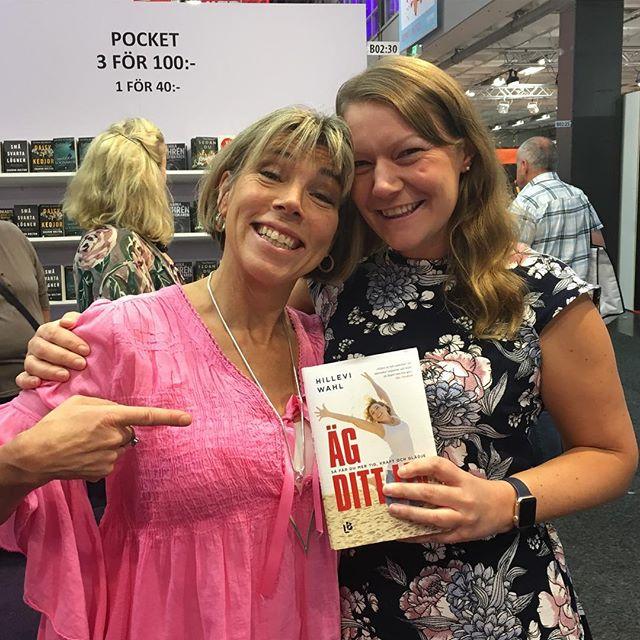 Supergoa @lisabeskow från @vardagspuls vinnargäng som åkte till Monte Gordo med @springtimetravel kom och kramades flera gånger. Jag blev lika glad varje gång. Och hon började läsa boken direkt och gillade den. Hurra!
