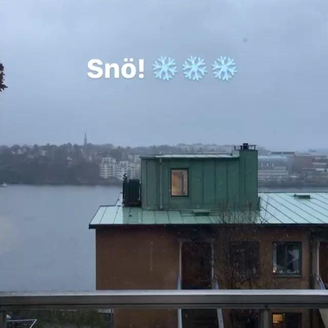 Det snöar! Man blir ju glad som ett litet barn!