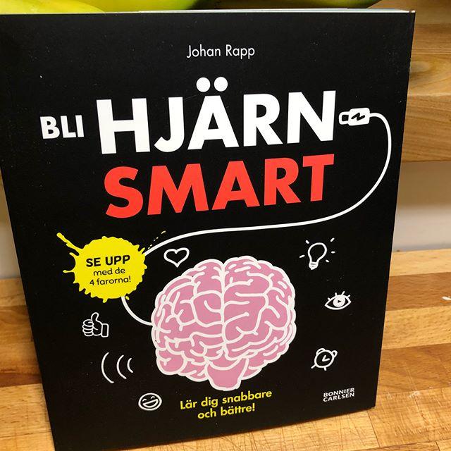 Förvånansvärt mycket smart information om hur hjärnan funkar i en liten rolig lättläst bok. Egentligen för mellanstadie- och högstadieelever. Men vuxna läser med stor behållning. ️️️️️ @bonniercarlsen