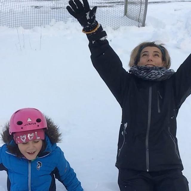 """Äntligen kom snön! """"Mamma, du är typ lyckligast över att få åka pulka!"""", sa Lykke. True. Men de åkte lika mycket. Winwin. Och sen blev det varm choklad. Eller som Movitz sloganskaldade: """"Allt blir bra, med varm chokla'"""". ️"""