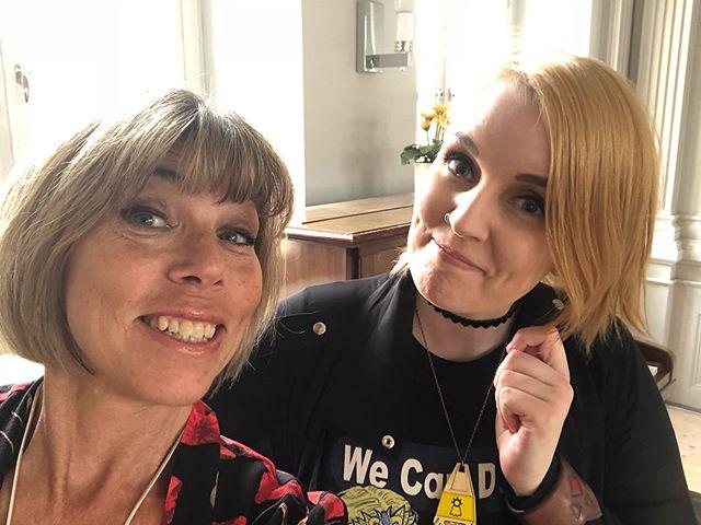 I dag föreläste jag och framför allt @fleetwood_pc från Hjärnkoll Ung för åttorna och niorna på Stockholms Internationella Montessoriskola. Om att använda ordet för att förändra världen. Om att - om särbegåvning och Aspergers och ADHD och OCD och medberoende och beröring och Avicii. Vilka fantastiska ungdomar vi mötte, med stora tankar, frågor och drömmar. I am truly blessed. Tack Johanna Hennberg för en fantastisk dag. Nu ska jag öppna den hemliga presenten. ️